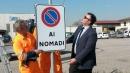 """Il sindaco di Albettone (Vicenza) pianta un cartello di """"divieto ai rom"""""""