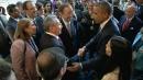 Usa-Cuba, altri segnali di disgelo <br>Saluto tra Obama e Raul Castro