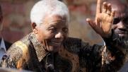 Il mondo piange Nelson Mandela su Twitter