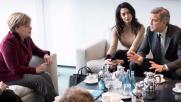 George e Amal Clooney, un caffè con Angela Merkel