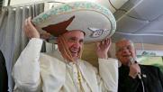 Il Papa indossa il sombrero sul volo diretto in Messico