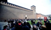 Umberto Eco, l'addio di Milano: in centinaia alle esequie