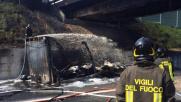 Tir a fuoco sulla Milano-Napoli: cavalcavia semidistrutto