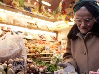 """Mentre l'inflazione continua a restare ferma allo 0,7%, viaggia a quasi il doppio l'aumento dei prezzi dei prodotti del carrello della spesa: +1,3% a gennaio per l'""""indice grocery"""", che raccoglie i prezzi dell'insieme dei prodotti, dalla pasta allo shampoo, che rientrerebbe nella busta uscendo dal supermercato."""