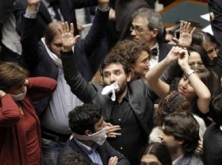 """Dopo il caos alla Camera per la """"ghigliottina"""" imposta dalla presidente Boldrini arrivano i provvedimenti disciplinari: Beppe si lamenta e """"premia"""" gli """"squalificati""""."""