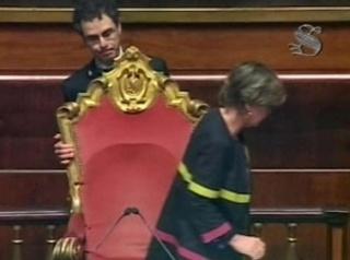 """Il Senato ha votato la cosiddetta """"ghigliottina"""", cioè la chiusura anticipata della discussione generale. Immediata la protesta del M5S. """"Voi non vi meritate il titolo di onorevole"""", ha gridato il capogruppo Santangelo, """"andrete tutti a casa""""."""