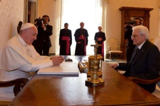 """Papa incontra Mattarella: """"Grazie Italia per migranti"""""""