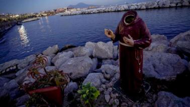 Napoli, decapitata la statua di Padre Pio sul lungomare