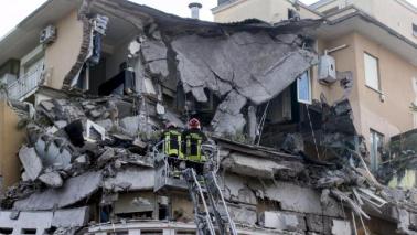 Roma, crollano tre piani di un palazzo sul Lungotevere
