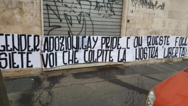 Roma, striscione omofobo alla sede del Gay Center