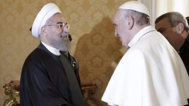 """Rohani incontra il Papa in Vaticano: """"Preghi per me"""""""
