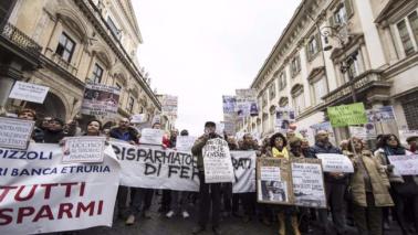Roma, le vittime delle quattro banche di nuovo in piazza: ridateci i soldi