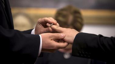 Commissario Ue: Italia approvi adozioni per coppie gay