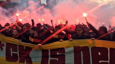 Roma, cariche delle forze dell'ordine contro tifosi turchi