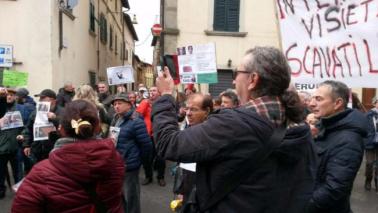 Salvabanche, protesta dei risparmiatori a casa Boschi