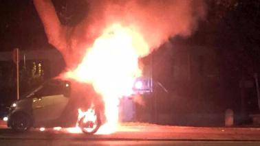 Scontro auto-moto a Roma, centauro avvolto da fiamme