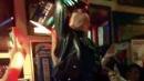 Katy Perry, beve e si tuffa dal bancone
