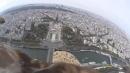 In volo su Parigi insieme a un'aquila