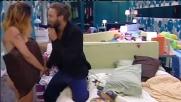 GF13, Fabio canta una serenata d'amore ad Angela