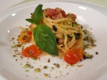 Spaghetti alla chitarra con pomodorini rossi e gialli di Piennolo, granella di pistacchi e pancetta croccante