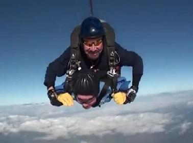 California, nonno Vernon compie 100 anni e si lancia con il paracadute Video