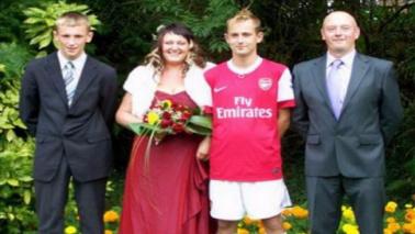 Arsenal, il tifoso va all'altare con la divisa dei Gunners