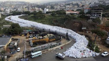 Beirut invasa dalla spazzatura, le immagini del fiume di rifiuti