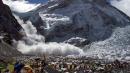 """Valanga sull'Everest, 18 alpinisti morti Appello su Twitter: """"Mandate elicottero"""""""