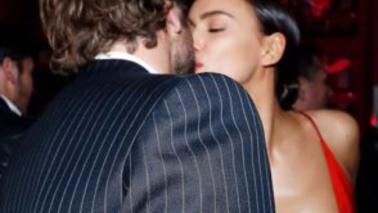 """Irina Shayk, bacio """"pubblico"""" con Bradley Cooper e siparietto sul décolleté"""