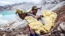 Indonesia, i minatori a caccia di zolfo nel cratere di un vulcano attivo