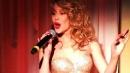 Kylie Minogue esce dalla torta di compleanno