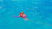 Mara Venier con il salvagente al mare