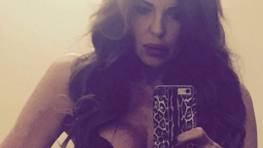 Alba Parietti scalda i social, selfie in lingerie