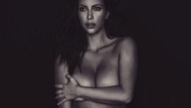Kim Kardashian concede il bis di nudo davanti allo specchio, ma stavolta è mora