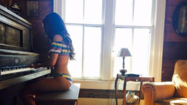 Selena Gomez al pianoforte in bikini