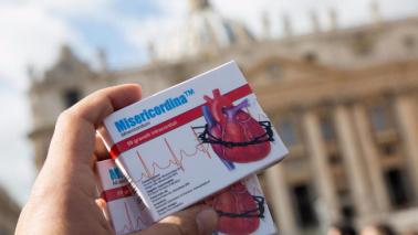 Il Papa: basta pena di morte Ai fedeli regala Misericordina