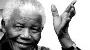 Folla commossa sotto la casa di Nelson Mandela