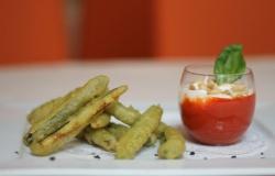 Tempura di zucchine al the verde matcha con vellutata di peperoni