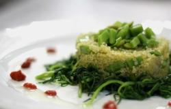 Timballino di quinoa con agretti, fave, taccole e bacche di Goji