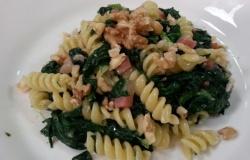 Pasta con spinaci, gorgonzola e speck