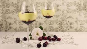 Coppa di crema al mascarpone, meringhe e ciliegie