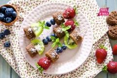 Spiedini di frutta e torta