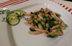 Trofie con zucchine, sgombro e semi di lino