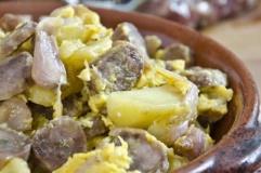 Uova strapazzate con patate e cipolline