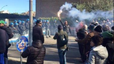 Roma, scontri durante sgombero: alcuni fermi