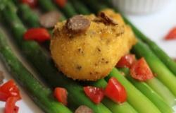 Uovo bio in crosta di tartufo su letto di asparagi con guacamole