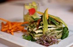 Millefoglie di tofu marinato al pesto con dadolata di zucchine ed erbette