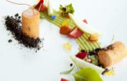 Croccante di scampi, patata al basilico e granita di olive nere
