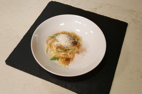 Spaghetti con emulsione al Castelmagno, asparagi e mandorle