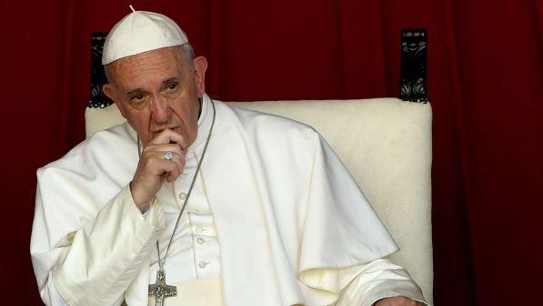 papa francesco arrabbiato serio